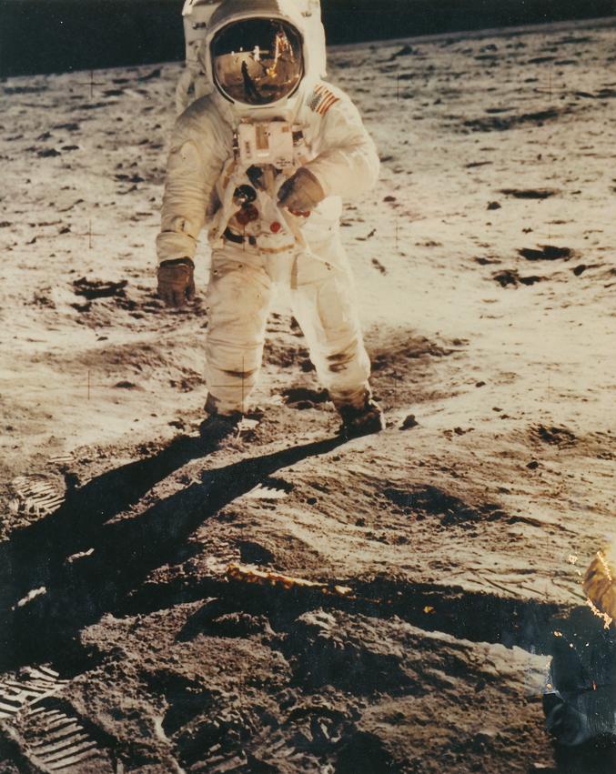 Lot 50 - Nasa. PETIT FORMAT. Rare. L'astronaute Buzz Aldrin debout sur le sol lunaire. Une des [...]