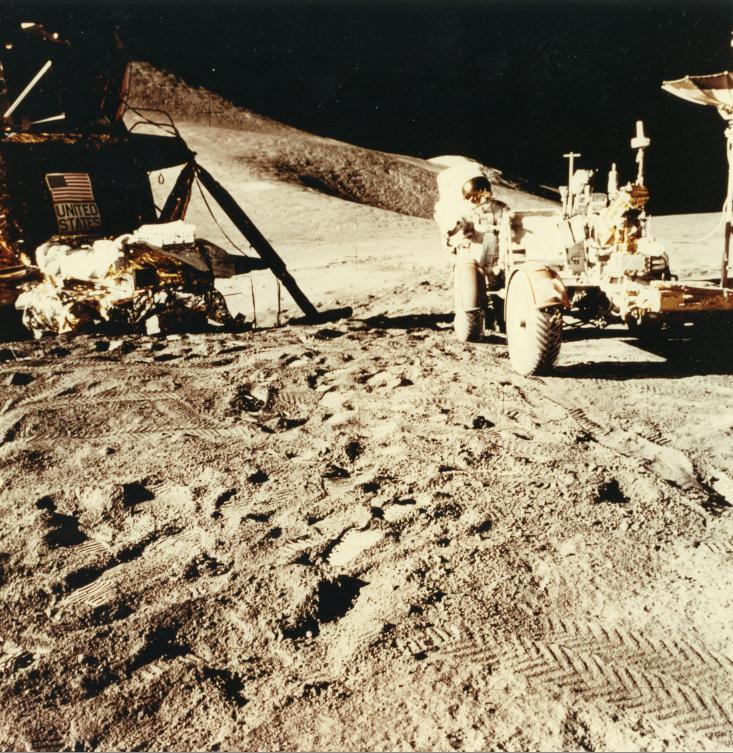 Lot 59 - NASA. Apollo 15, 1971. Vue du module lunaire et du rover lunaire. Au premier plan de [...]
