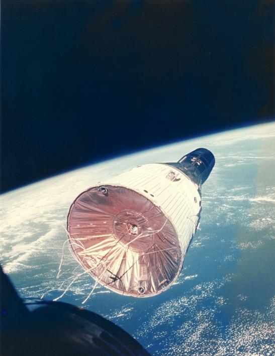 Lot 23 - NASA : Vue du vaisseau Gémini VII depuis le vaisseau Gémini VI au cours du [...]