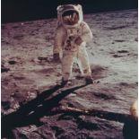 Lot 34 - NASA : Mission Apollo 11. L'astronaute Buzz Aldrin debout sur le sol lunaire devant [...]