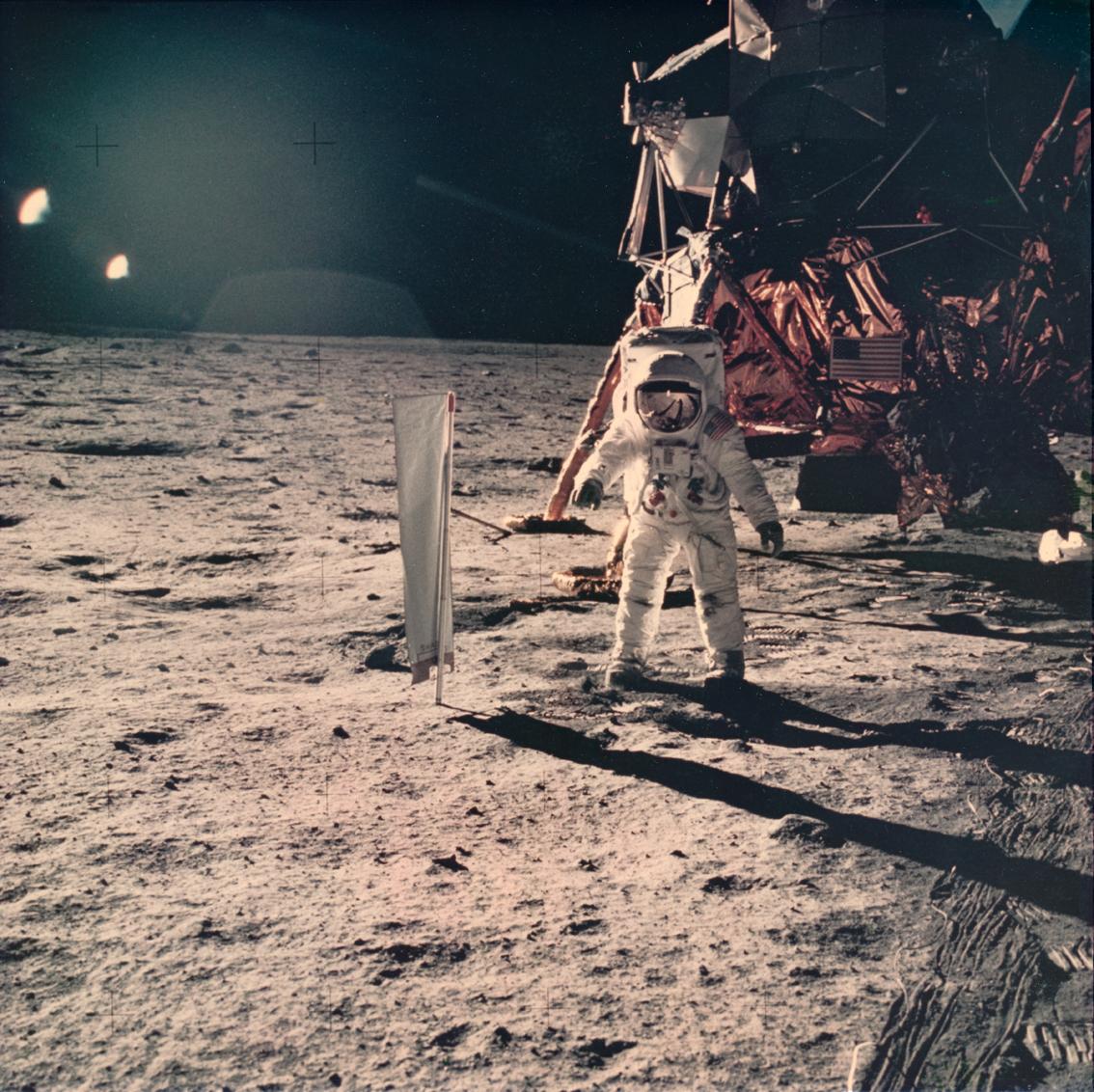 Lot 37 - Nasa. Apollo 11. Une des dernières photographies prise sur le sol lunaire par la [...]