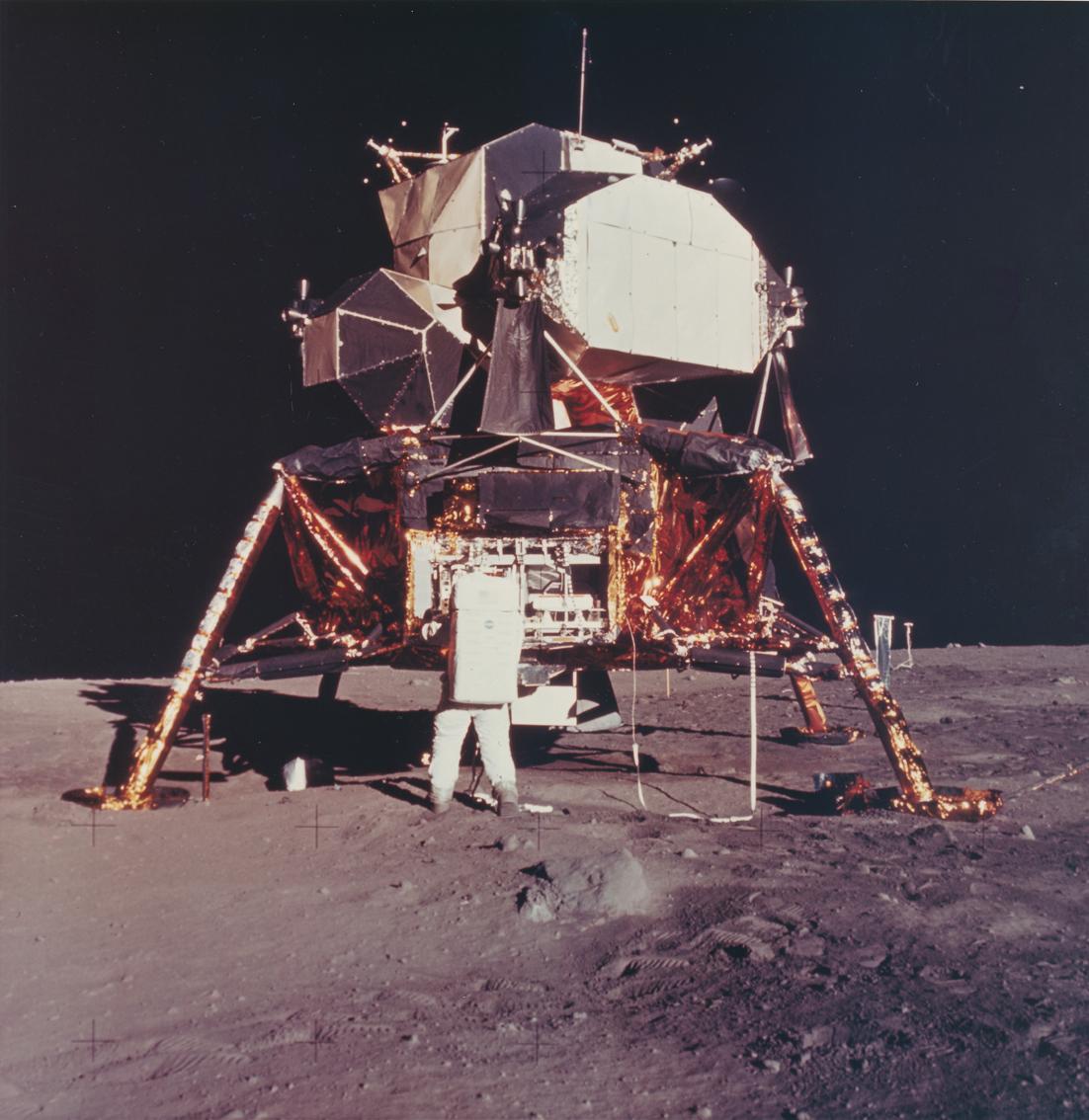 Lot 35 - Nasa. Mission Apollo 11. L'astronaute Buzz Aldrin s'affaire dans l'armoire de [...]
