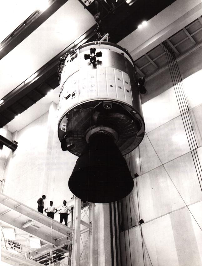 Lot 27 - Nasa. Rare vue d'un module de commande Apollo avant son assemblage dans le fuselage [...]