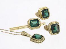 Brosche/Kette/Ring/Anhänger: dekoratives vintage Schmuck-Set mit grünen Farbsteinen, vermutlich