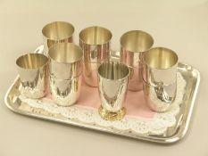 Silber: massives Silbertablett mit insgesamt 12 silbernen Schnapsbechern1. Tablett ca. 25 × 13,
