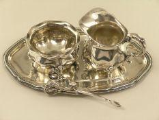 Silber: vintage Sahnegießer und Zuckerschale mit Zuckerzange sowie dazugehöriges TablettTablett