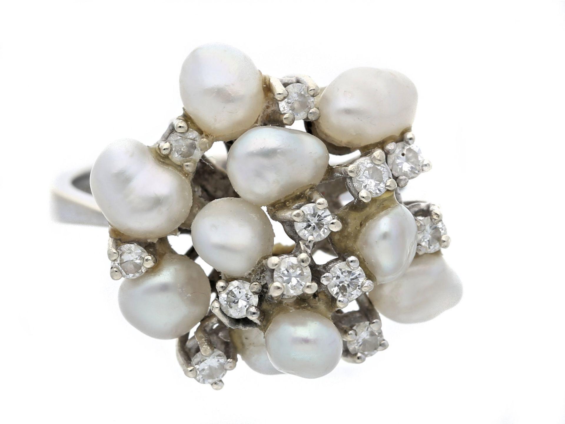 Ring: attraktiver, weißgoldener Damen-Goldschmiedering mit Perlen und BrillantenCa. Ø17,5mm, RG55,