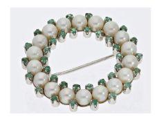 Brosche/Nadel: weißgoldene vintage Brosche mit Perlen und Smaragden, 18K WeißgoldCa. Ø32mm, ca. 9,