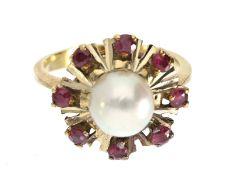 Ring: massiver vintage Goldring mit Zuchtperle und Rubinen, ca. 1960Ca. Ø17mm, RG53, ca. 6,2g, 18K