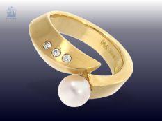 Ring: moderner und neuwertiger Goldschmiedering mit feiner Zuchtperle und kleinen Brillanten,