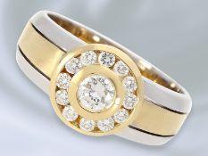 Ring: attraktiver und interessant gefertigter Bicolor Goldschmiedering mit feinsten Brillanten, 0,