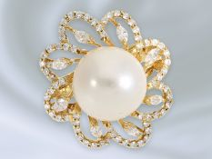 Ring: ausgefallener und dekorativ gefertigter Blütenring mit großer Zuchtperle und Diamanten/