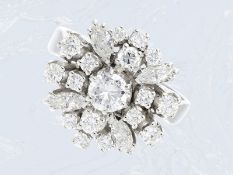 Ring: äußerst attraktiver, sehr hochwertiger Blütenring mit hochfeinem Brillant-/Diamantbesatz,