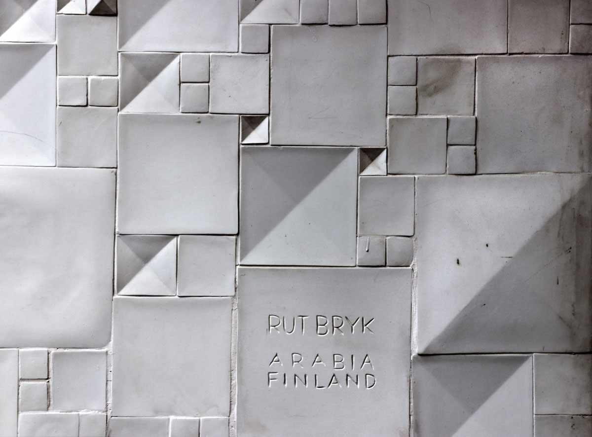 "Lot 1 - Rut Bryk(1916 Stockholm - 1999 Helsinki) - Wandrelief ""Finnish ""Muuttolinnun laulu"", english """