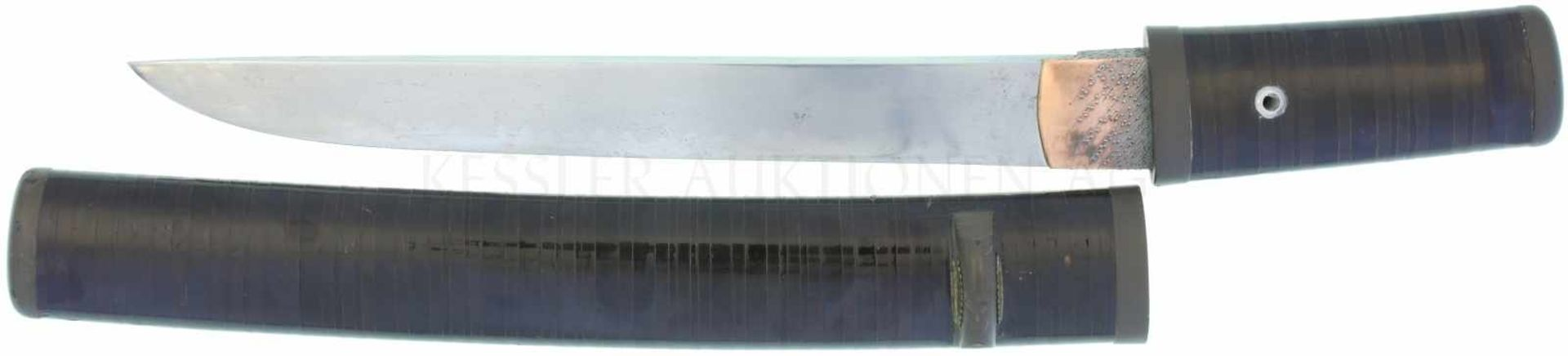 Los 10 - Aikuchi Yoroi-doshi Edo-Periode um 1850 KL 224mm, TL 313mm, handgeschmiedete Klinge aus gefaltetem