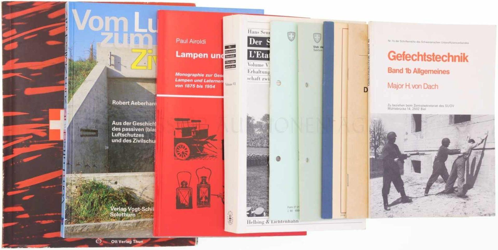 Los 55 - Konvolut von 9 Büchern zur Schweizer Armee 1. Gefechtstechnik von Major H. von Dach. 2. Der
