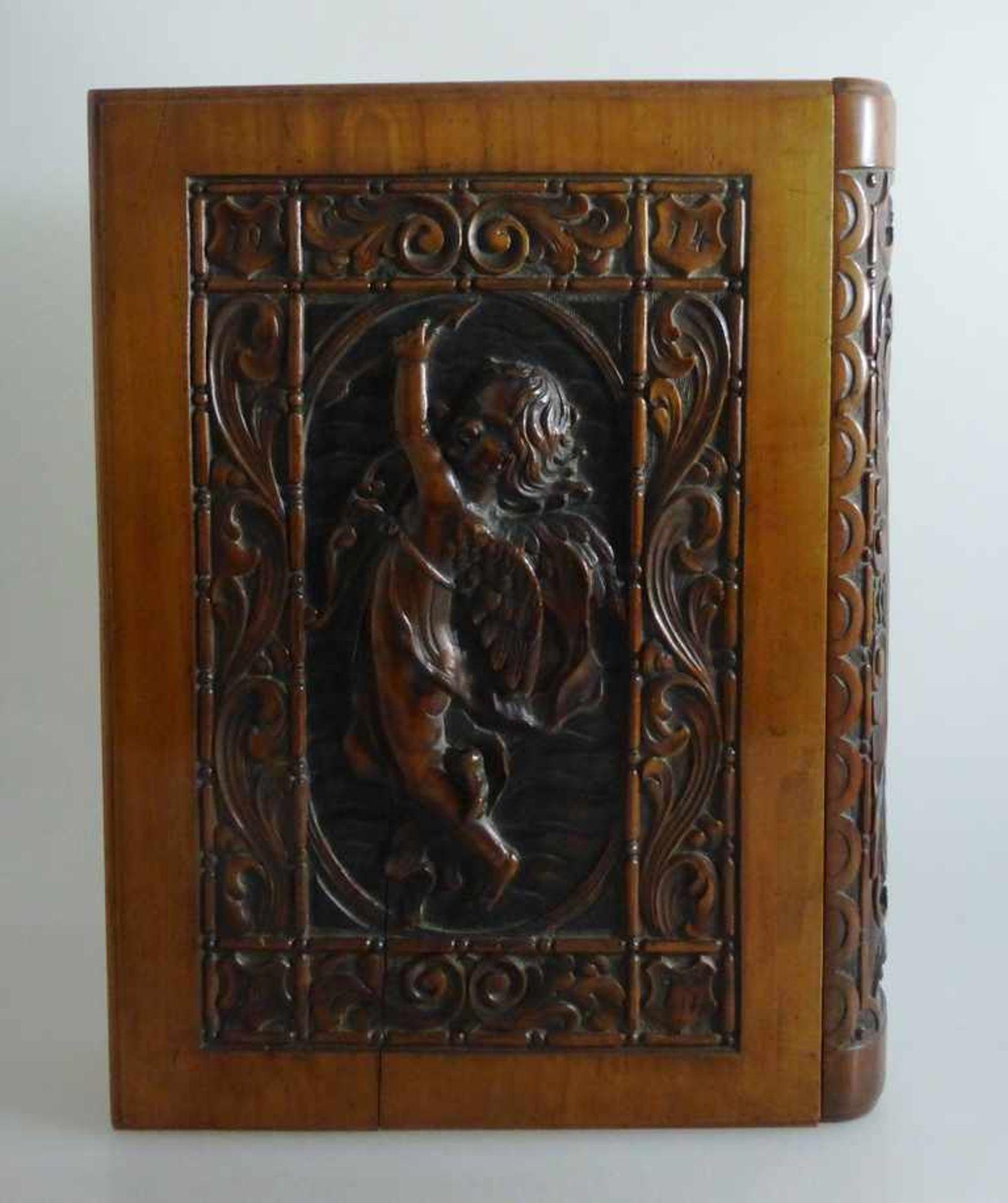 Dekorative Holzschatulle in Buchform, schauseitig reich beschnitzt mit Amor Darstellung,tlw.