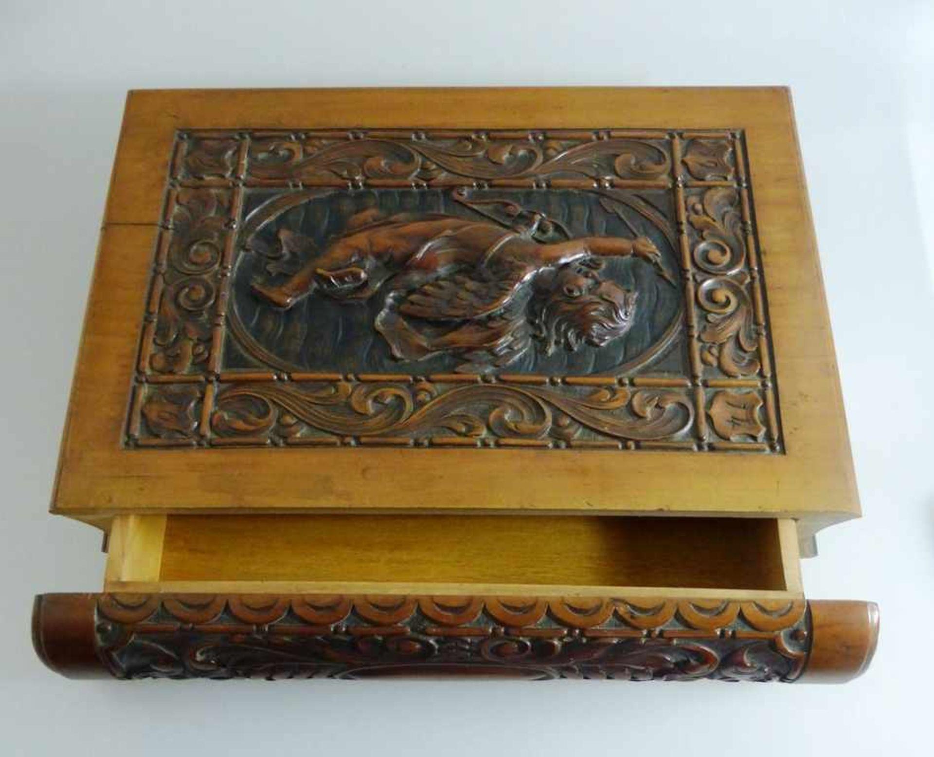 Dekorative Holzschatulle in Buchform, schauseitig reich beschnitzt mit Amor Darstellung,tlw. - Bild 2 aus 2