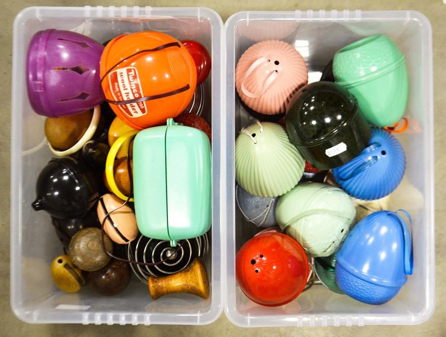 Lot 450 - A quantity of bakelite string holders