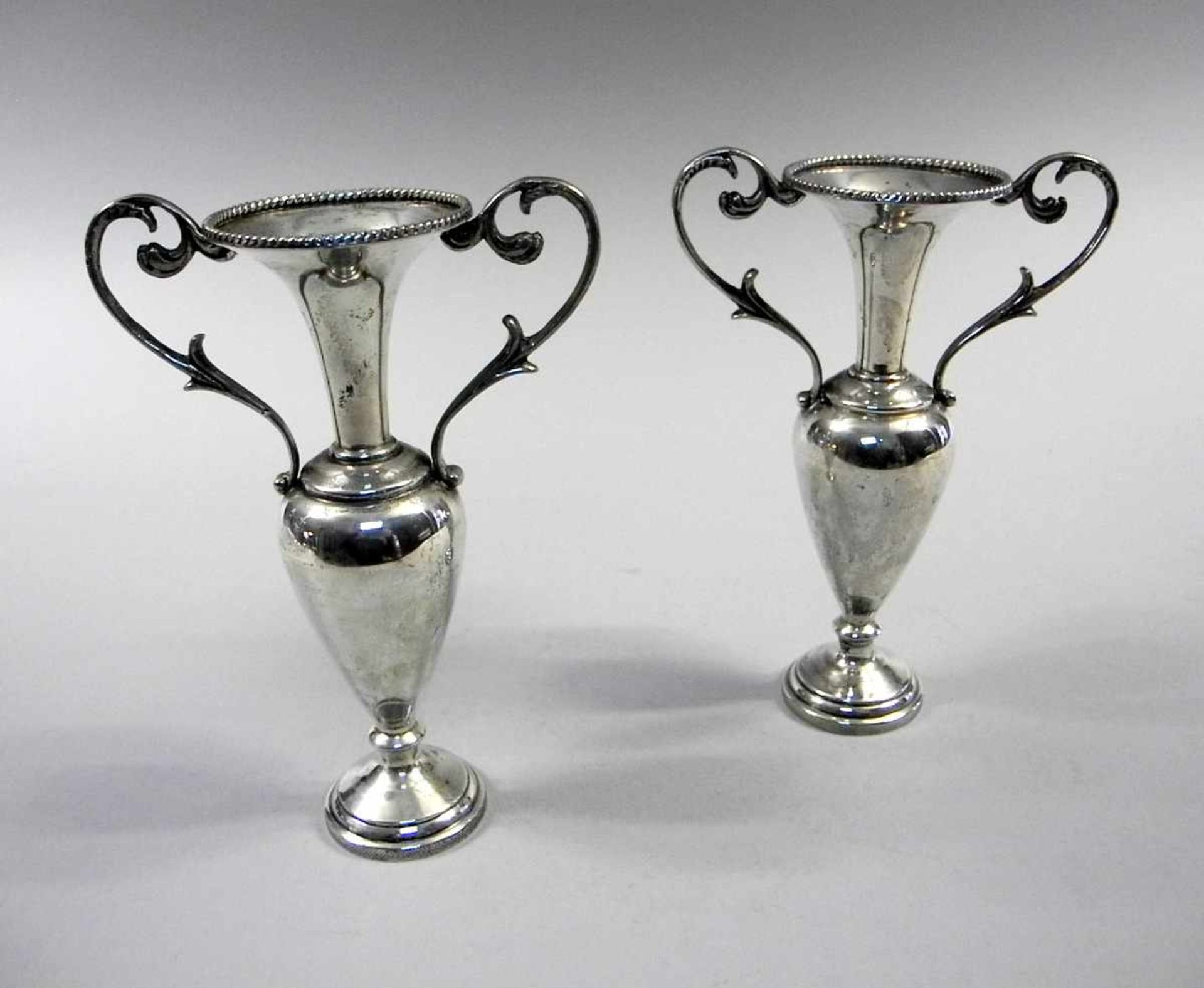 Los 60 - Paar kleine AmphorenSterling Silber 925, am Rand punziert, weighted. Auf kleinem Balusterschaft,