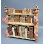 Barockes Regal aus Kirchenbänken samt BüchernGeschnitztes Holz. Aus alten Kirchenbänken gebautes