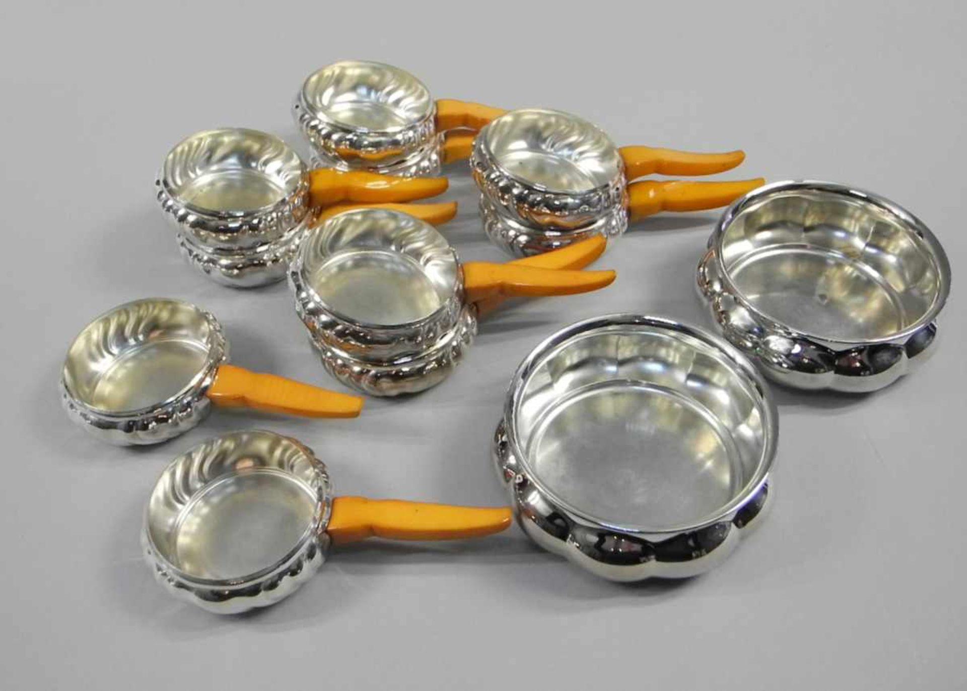 Los 2 - 10 Stielpfännchen und 2 Silber-RundtöpfchenStielpfännchen Silber plated, am Boden mit Marke der