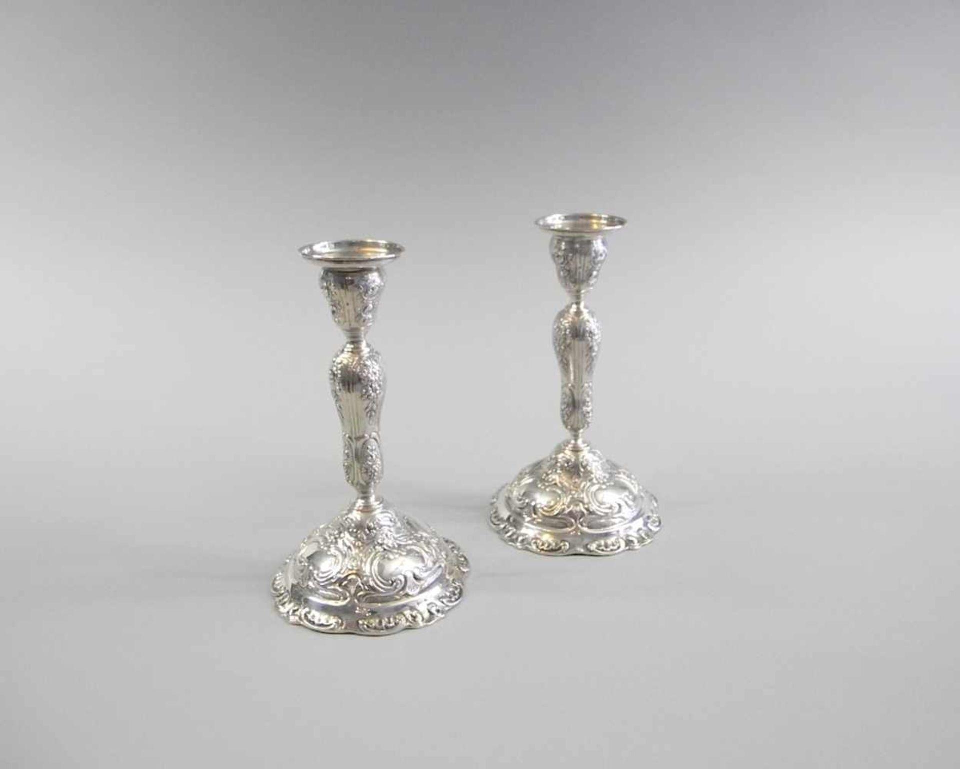 Los 58 - Paar einflammige KerzenständerSilber 800, seitlich am Fuß mit Feingehaltsstempel sowie