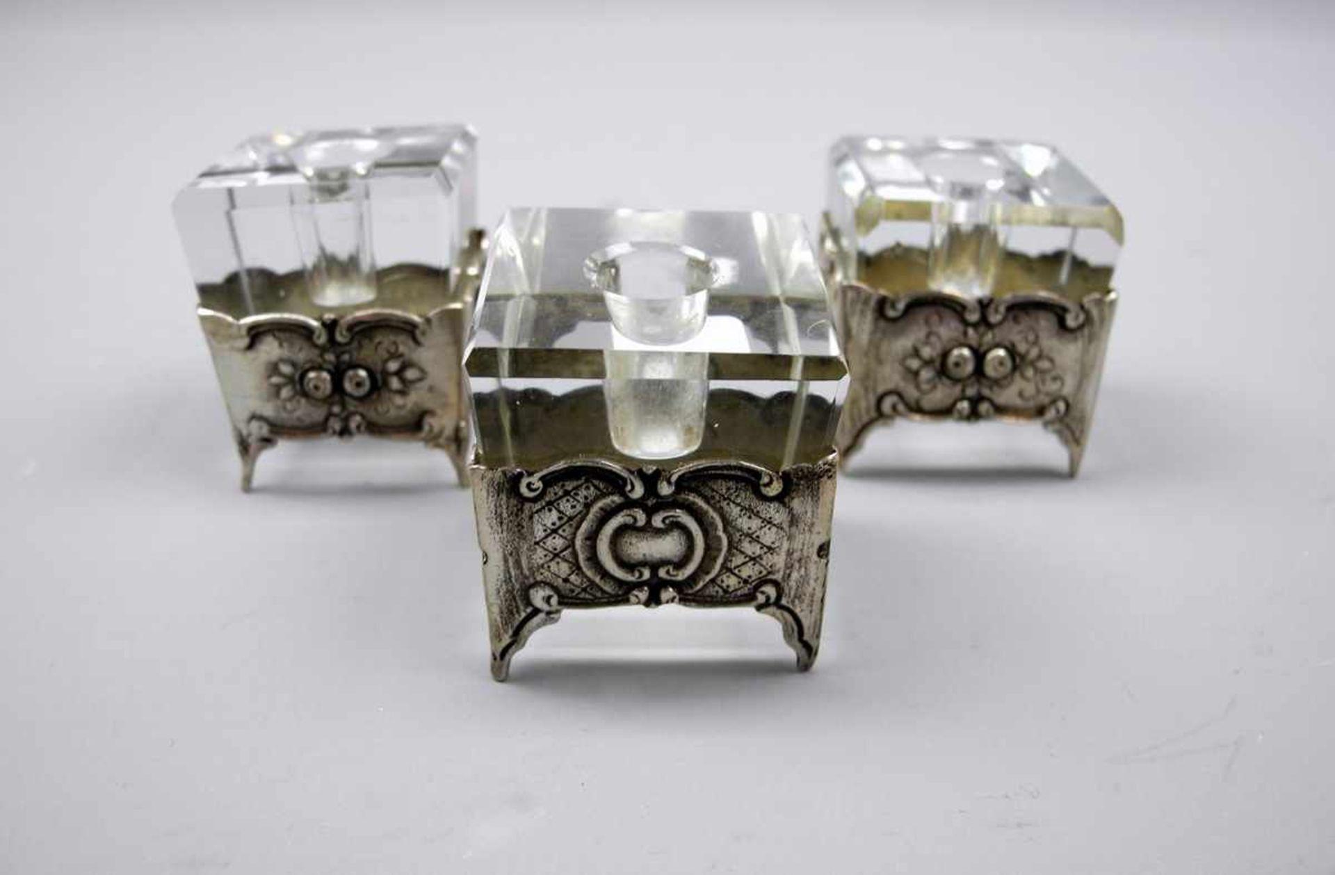 Los 9 - 3 Kerzenhalter mit Silber-FassungenSilber 800, jeweils seitlich am Rand mit Feingehalt, Halbmond und