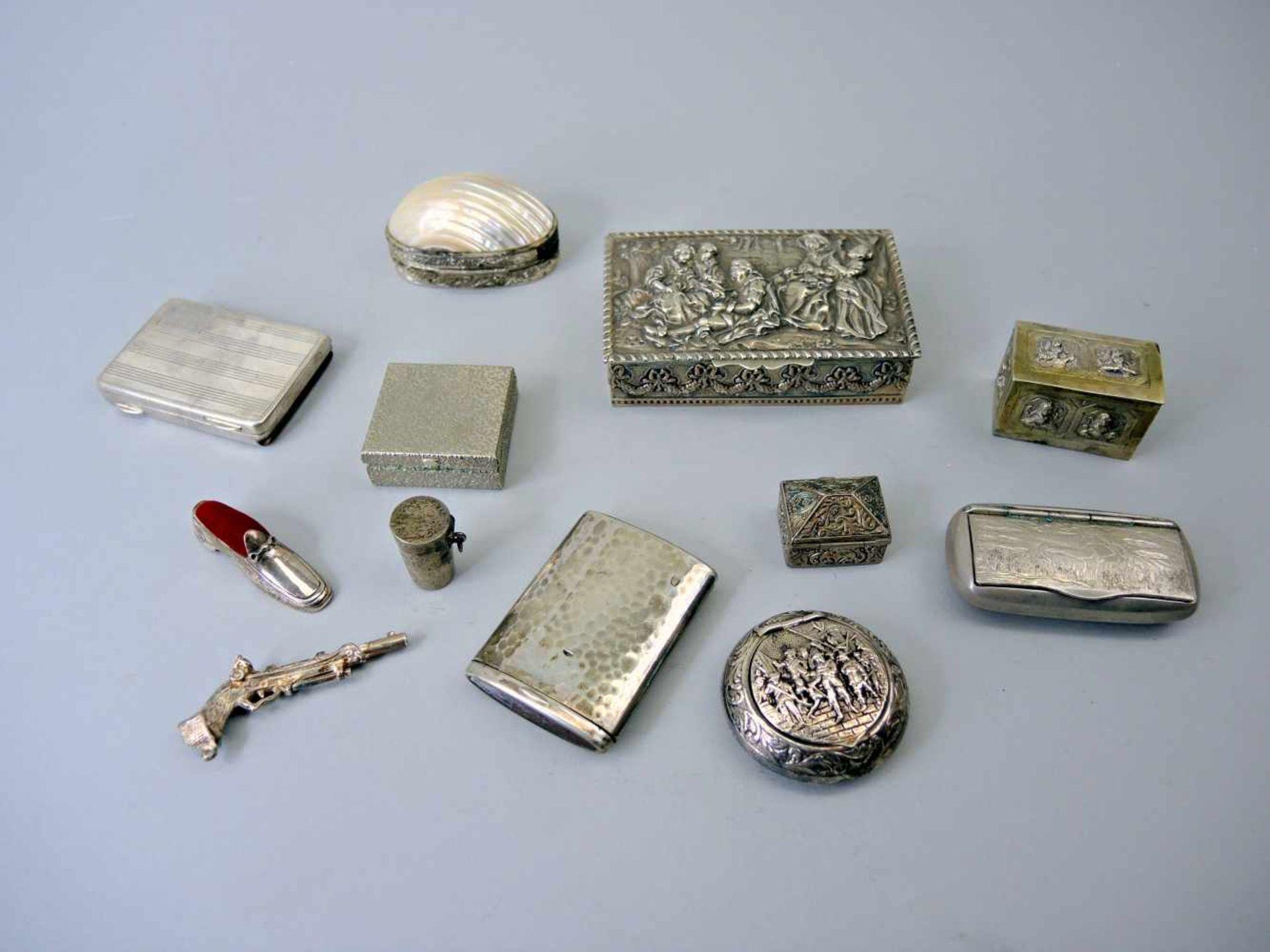 Los 48 - Konvolut von Dosen und KleinsilberMetall/überwiegend Silber mit untersch. Feingehalten, teils