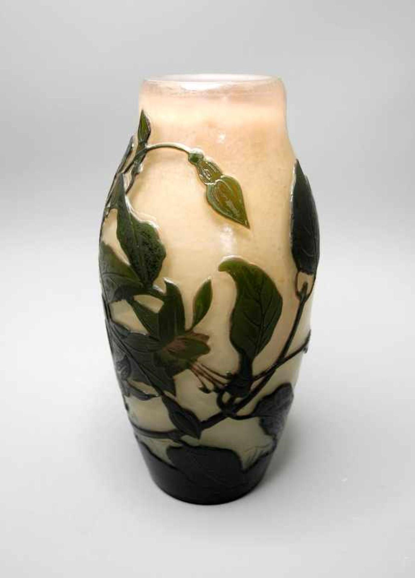 Arsall, GlasvaseOpakes, zum Hals leicht rötlich werdendes Glas mit grünem Überfang. - Bild 2 aus 4