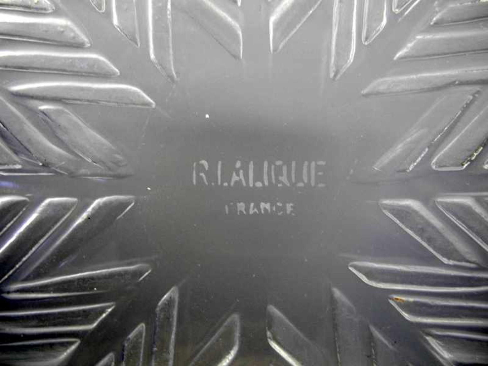 Lalique, Große Glas-SchaleFarbloses Glas, teils milchig geschliffen. Große Schale mit zentralem - Bild 2 aus 2