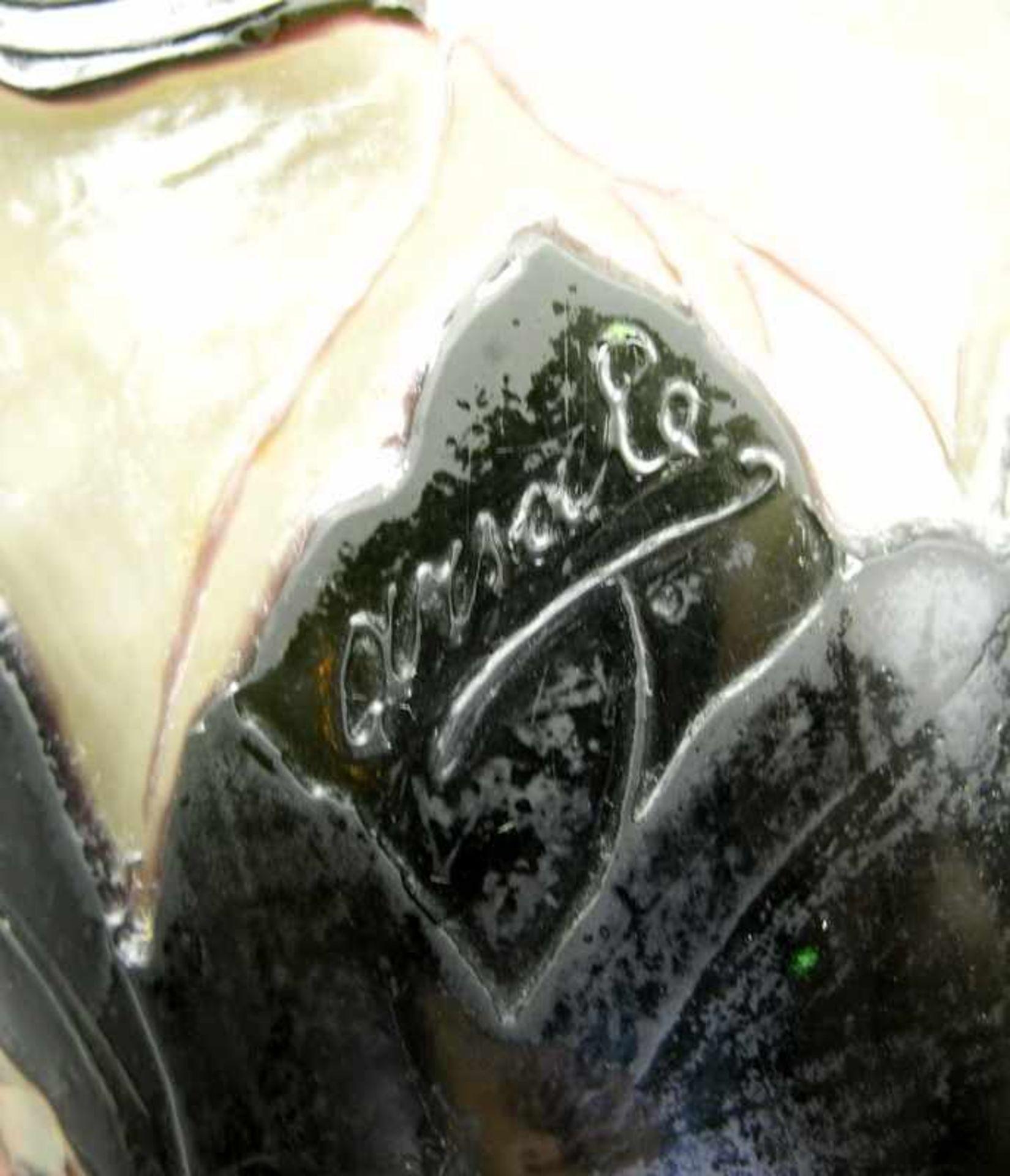 Arsall, GlasvaseOpakes, zum Hals leicht rötlich werdendes Glas mit grünem Überfang. - Bild 3 aus 4
