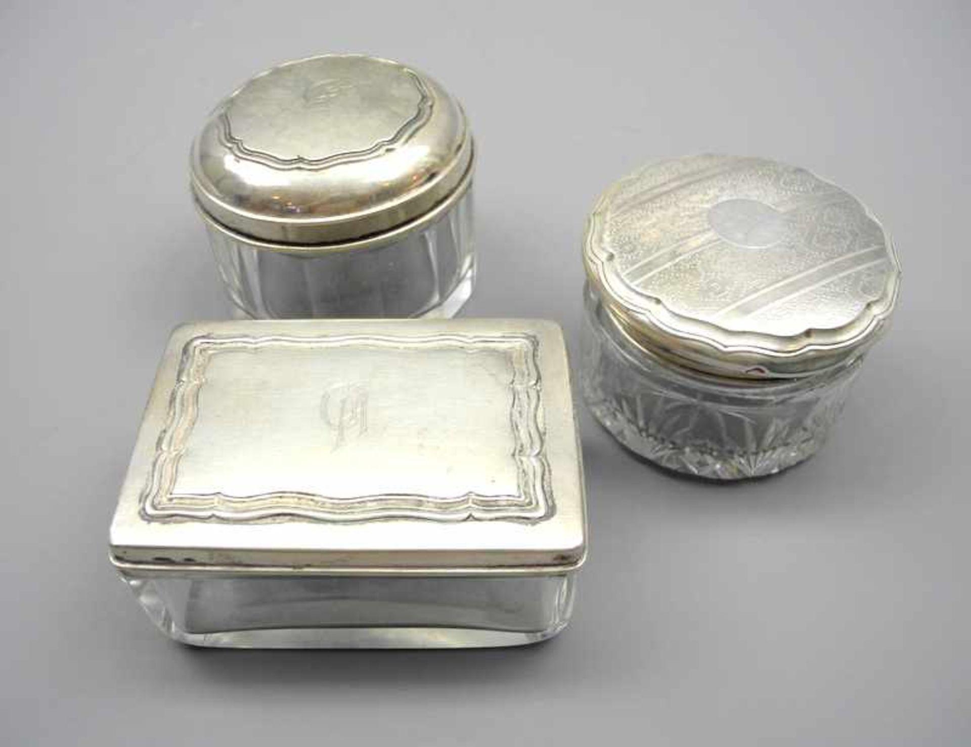 Drei Glasdosen mit SilberdeckelnGlas und Silber 800/830/900, jeweils seitlich am Deckel mit