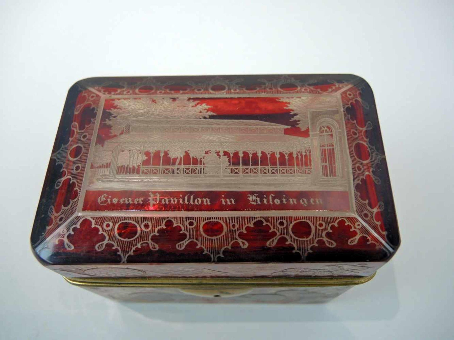 Biedermeier-ZuckerdoseRubinglas. Deckeldose mit geschliffenem Voluten- und Arabeskendekor, - Bild 2 aus 3