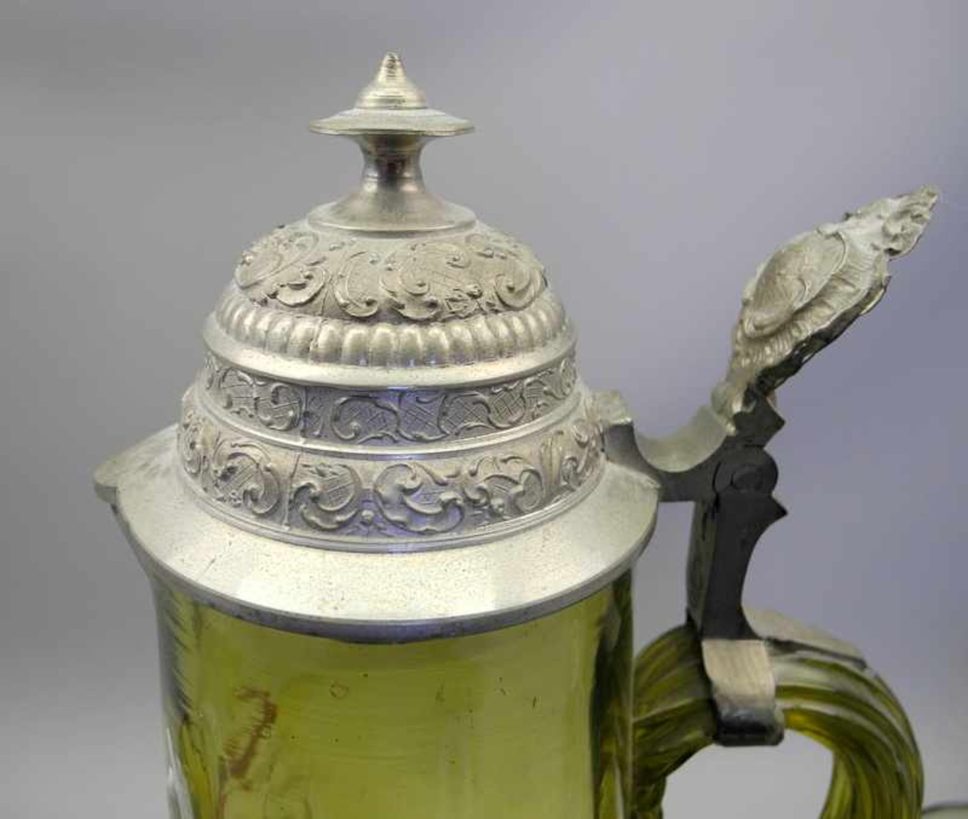 Sammlerkanne mit 6 Gläsern im JagdmotivGrünglas geschliffen, Kanne mit Zinnmontur. Set bestehend aus - Bild 4 aus 4