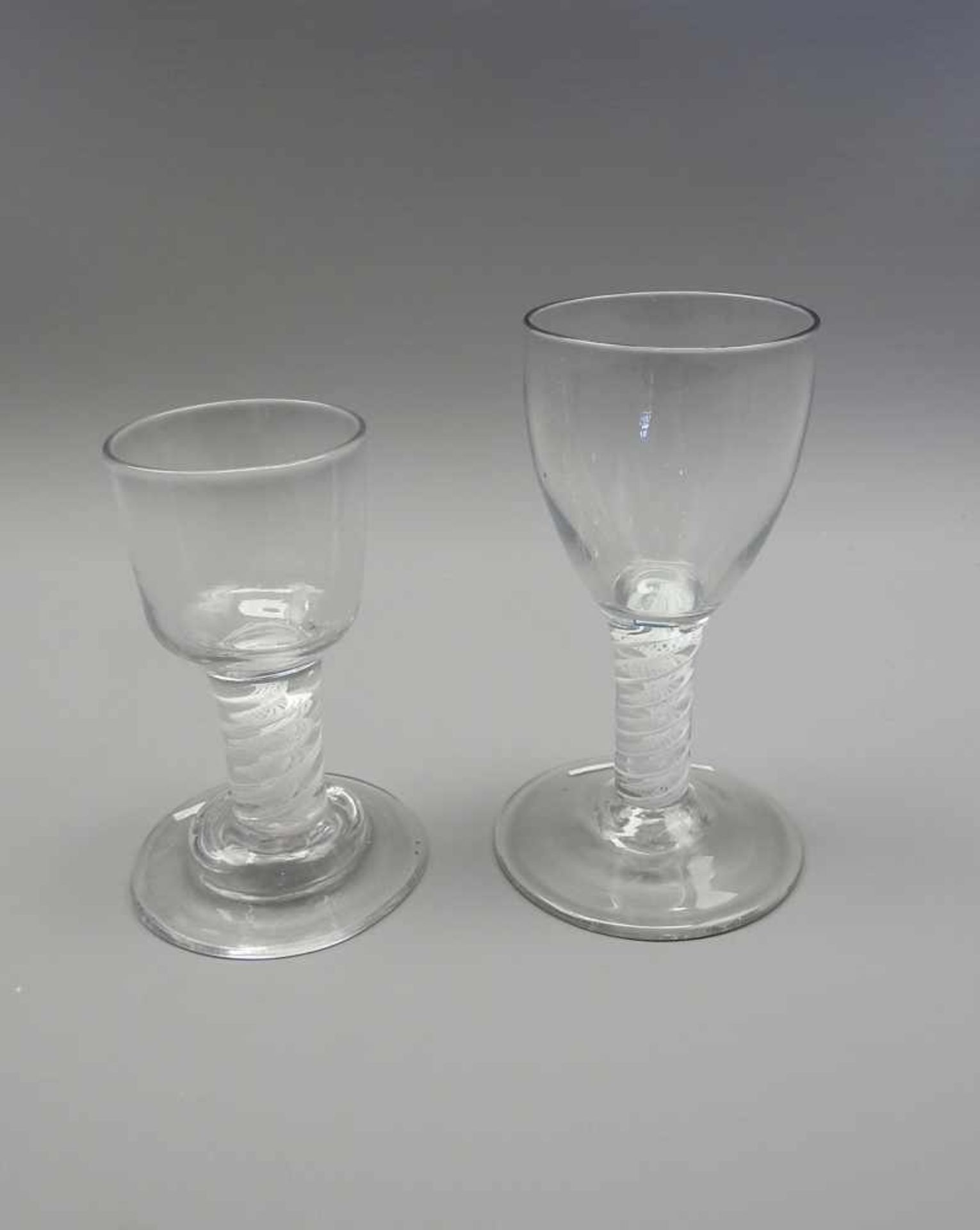 Zwei englische SchnapsgläserKlarglas geschliffen. Zwei englische Schnapsgläser auf rundem Stand