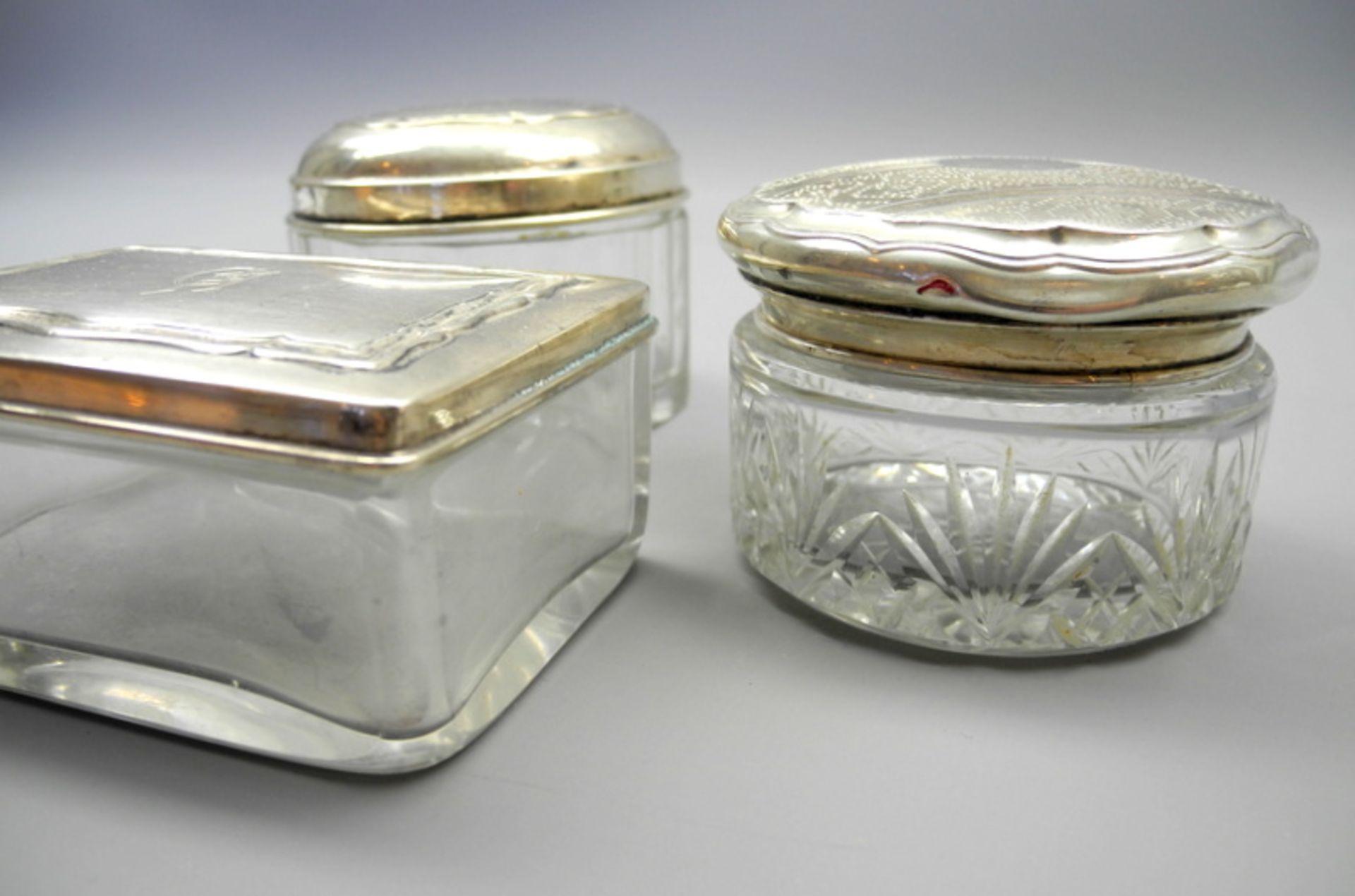 Drei Glasdosen mit SilberdeckelnGlas und Silber 800/830/900, jeweils seitlich am Deckel mit - Bild 2 aus 2