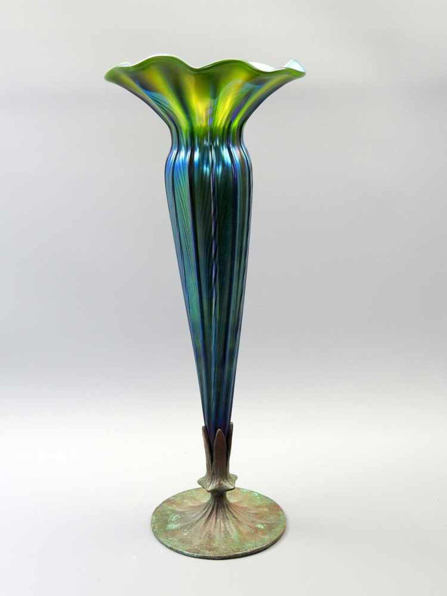 Tiffany Studios New York, Vase mit BronzestandfußIrisierendes Glas mit gelb-grünen und türkis-blauen