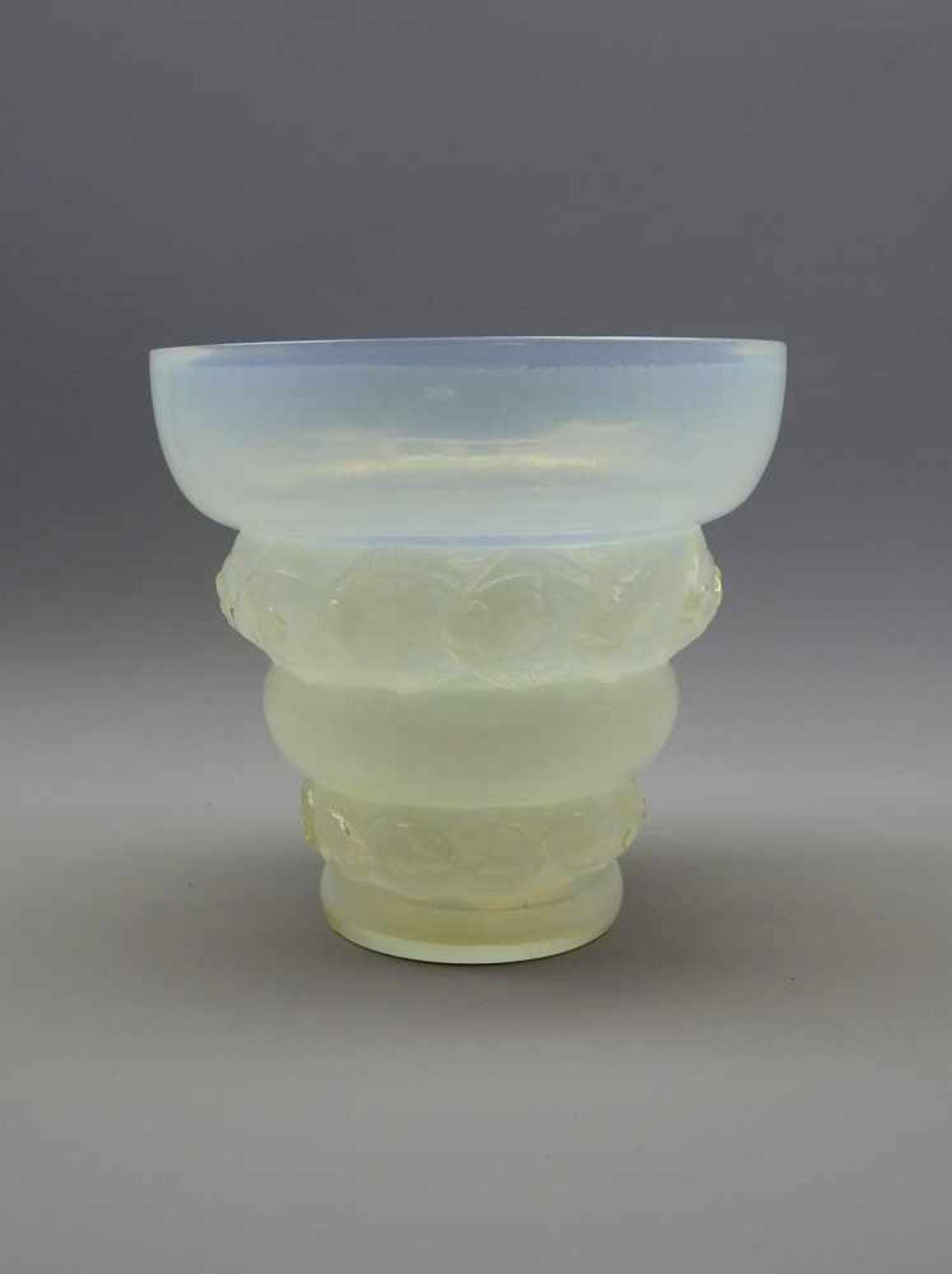 Sabino Paris, Vase mit FischenOpalglas mit teilweise relierfierter Außenwandung, am Boden mit