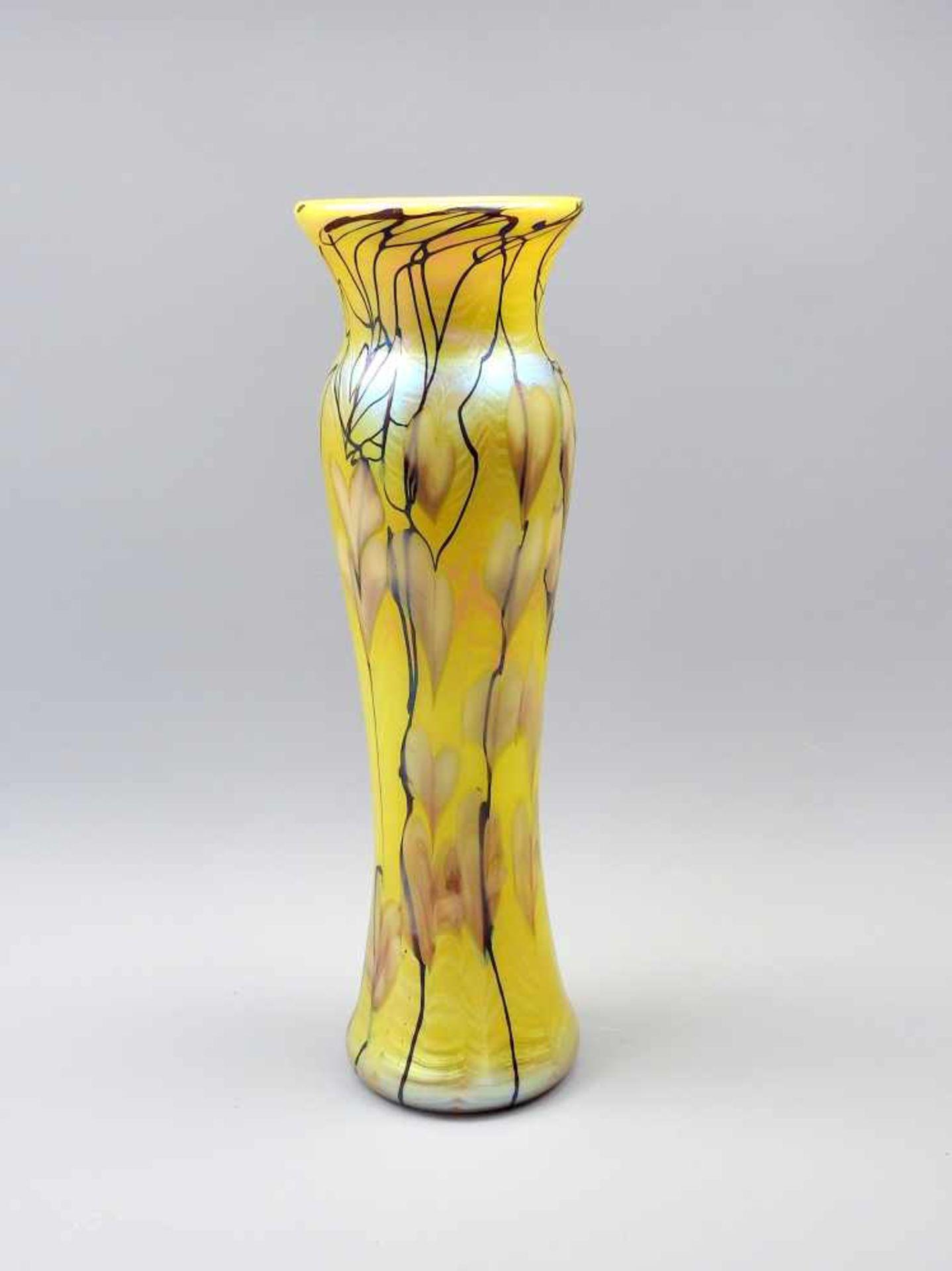 Tiffany Favrile, Goldfarbene VaseGoldenes Favrile-Glas, von dunklen organischen Linien durchzogen