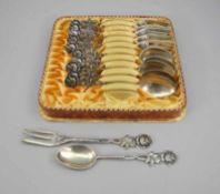 Kuchenbesteck für sechs PersonenSilber 800, jeweils rückseitig mit Feingehalt punziert. Set
