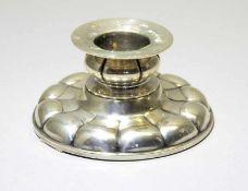 Prunkvoller Silber-KerzenständerSilber 830, am äußeren Rand mit Halbmond und Krone punziert.