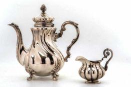Kaffeekanne - Sahnekännchen, wohl Dresden vor 1888925er Silber. Auf vier Tatzenfüßen mit Blattrelief