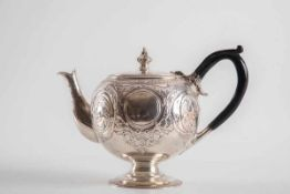 Teekanne, Josiah William, Exter 1875Sterling-Silber. Runder Fuß mit Perlfries, kugeliger Korpus