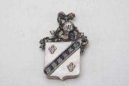 Pillendose, wohl Paris Mitte 19. Jh.933er Silber. Flache wappenförmige Dose mit Scharnierdeckel