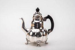 Teekanne, Bremer Werkstätten um 1930-40830er Silber, martelliert. Auf vier Tatzenfüßen, gebauchter