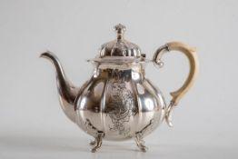 Teekanne, Dänemark925er Silber. Auf vier breiten Füßchen gebauchter Korpus durch gerade Züge