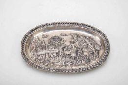 Ziertablett, wohl Rußland 18. Jh.Silber. Ovaler Spiegel mit Reliefdarstellung aus dem bäuerlichen