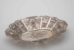 Große Gebäckschale, wohl Hanau800er Silber, gepr. Ovaler Spiegel mit Blütenbukett reliefiert.