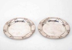 Paar Untersetzer, um 1900800er Silber. Schlichter runder Spiegel, Fahne mit Lambrequins und